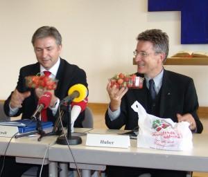 Wolfgang Huber und Klaus Wowereit essen Erdbeeren